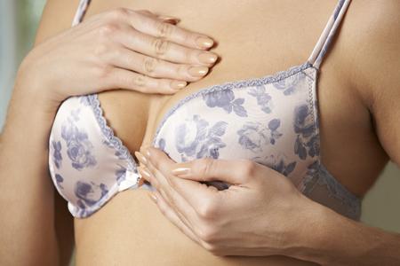 brasiere: Mujer con sujetador de pecho Examinar
