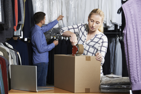 envoi: Couple Running Online Clothing Store Packing Goods For Dispatch