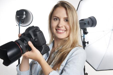 女性のプロカメラマンがスタジオでの作業 写真素材
