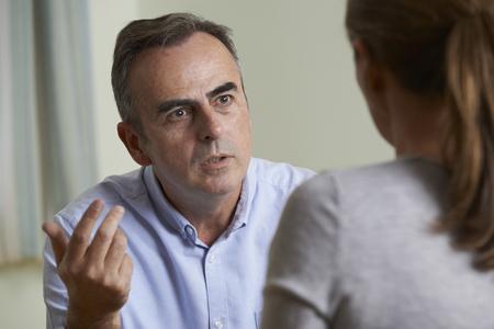 dos personas hablando: Deprimido Consejero hombre maduro que habla con el