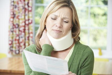 醫療保健: 女人讀信接受頸部損傷後