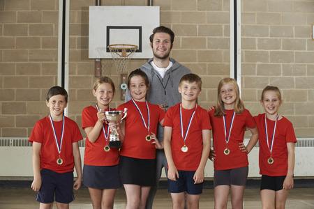 educacion fisica: Victorioso Escuela Equipo deportivo de medallas y trofeo en gimnasia
