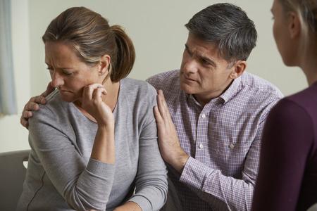 parejas: Pareja madura Hablando Con Consejero Como Hombre comodidades Mujer