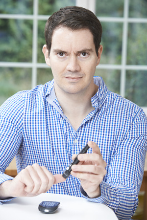 personas enfermas: Hombre que controla el nivel de az�car de sangre en el pa�s