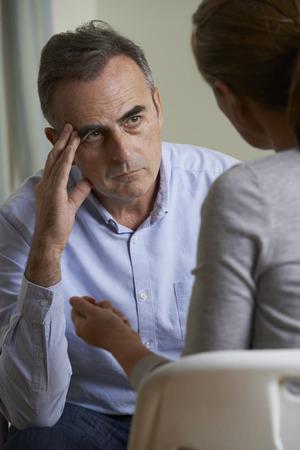 verticales: Deprimido Consejero hombre maduro que habla con el