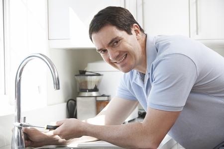 plumber: Retrato del fontanero de la reparación golpecito de la cocina