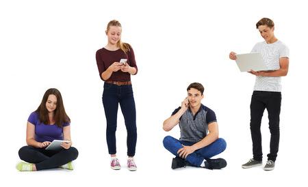 fila de personas: Foto de estudio de adolescentes Utilizando Tecnología de la Comunicación Foto de archivo