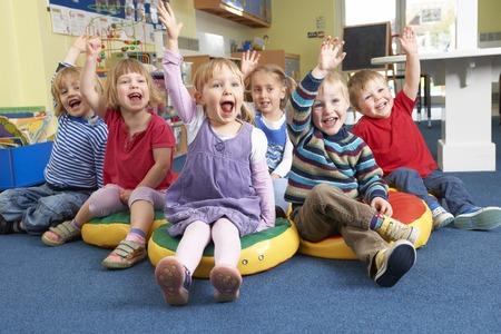 Groupe de Pre School Children Répondre à la question en classe