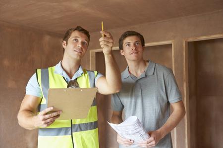 Bouwer En Inspecteur Bij New Property zoek Stockfoto - 48849294