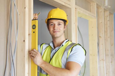 Builder, der Arbeit mit Wasserwaage
