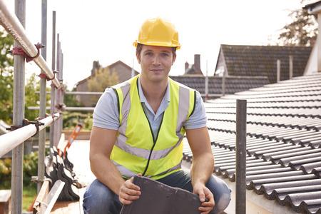 Builder lavora al tetto di nuova costruzione Archivio Fotografico - 48849272