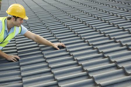 trabajando duro: Constructor que trabaja en la azotea del nuevo edificio