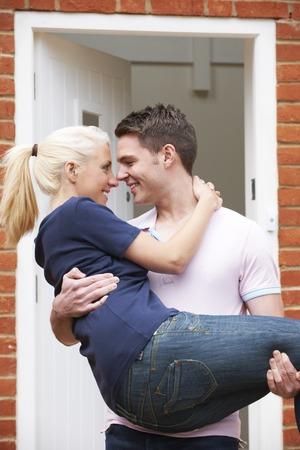 Esposas: Hombre que lleva Umbral Mujer Sobre Del Nuevo Hogar