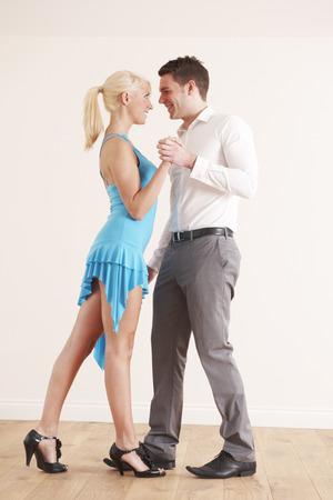bailarines de salsa: Baile joven pareja juntos Foto de archivo
