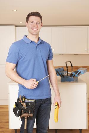 Workman Installing Fitted Kitchen Zdjęcie Seryjne