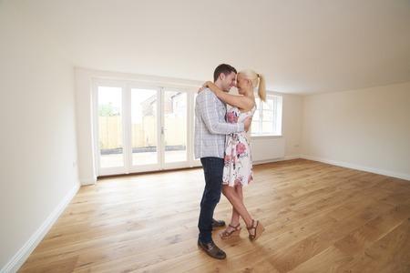 pareja en casa: Emocionado Pareja Joven En Sitio Vacío Del Nuevo Hogar