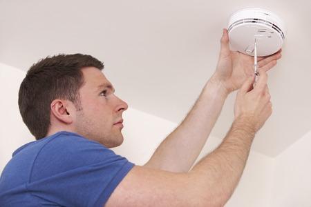 Hombre Instalación de humo o monóxido de carbono Detector Foto de archivo