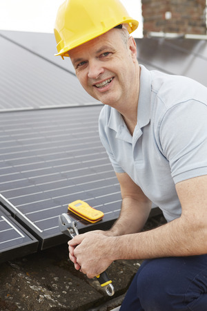 llave de sol: Ingeniero de instalar paneles solares en el techo de Casa