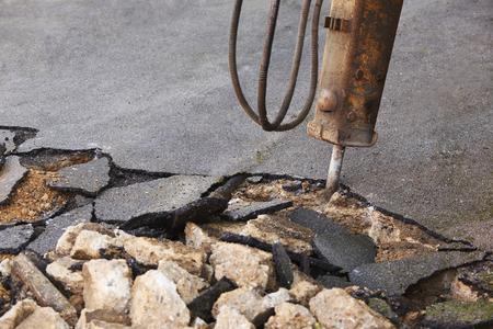 presslufthammer: Breaking Up Oberfl�che der Stra�e f�r den Reparatur mit Presslufthammer