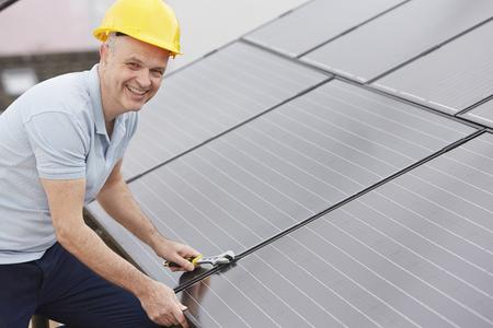 paneles solares: Ingeniero de instalar paneles solares en el techo de Casa