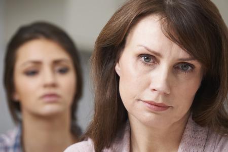 mujeres ancianas: Preocupado Madre con la hija adolescente
