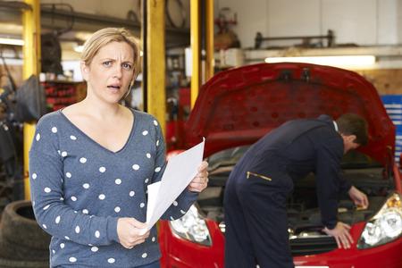 factura: Cliente sorprendida mira el garage de Bill