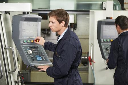 competencias laborales: Ingeniero informático de funcionamiento controlado de la máquina de corte