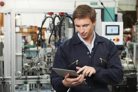 Ingeniero En Fábrica Usando Tableta digital Foto de archivo