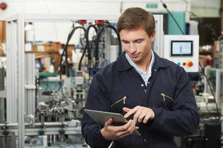 Ingenieur in der Fabrik, die digitale Tablette Standard-Bild - 49045695