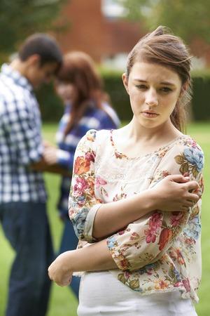 pareja de adolescentes: Solitario Adolescente Celoso De Pares En Fondo