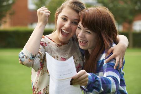 Ragazze adolescenti Celebrare Buon Risultato esame