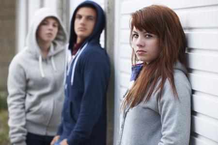 pandilleros: Banda de adolescentes que cuelgan hacia fuera en el medio ambiente urbano Foto de archivo