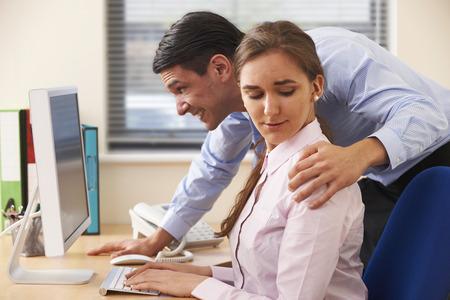 Homme d'affaires de harcèlement sexuel Femme Collègue Banque d'images - 49095128