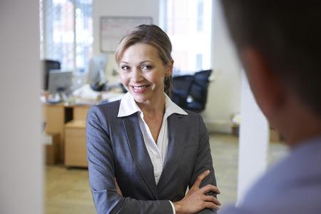 acoso laboral: Empresaria que es coqueta Hacia colega masculino