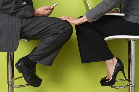 実業家の同僚の足に触れること