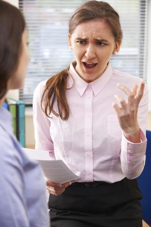 acoso laboral: Empresaria agresiva Grita En Mujer Intern