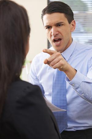 acoso laboral: Agresivo Gritar empresario en Colega Femenino