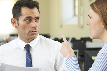 acoso laboral: Gritar agresiva Empresaria En colega masculino Foto de archivo