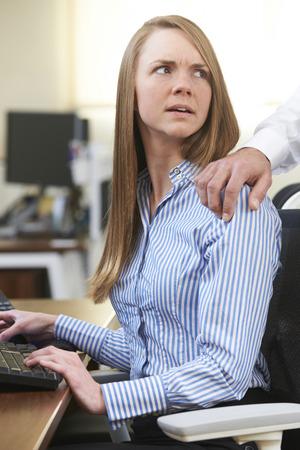 acoso laboral: Empresario sexualmente Acosar Mujer Colega