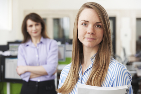 Jeune femme d'affaires avec Mentor Dans Office