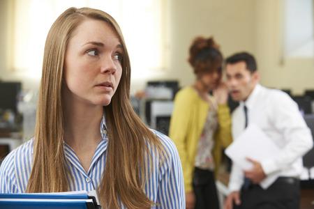 Empresaria que es de chismes por colegas de oficina