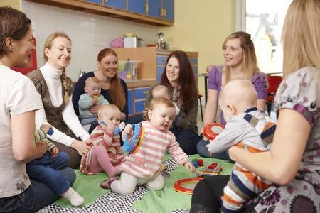 padres hablando con hijos: Grupo de madres con bebés en Playgroup Foto de archivo