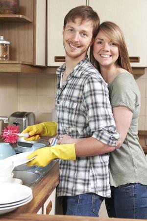 lavar trastes: Pareja Lavar los platos en el fregadero Juntos