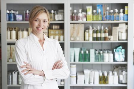 Esthéticienne conseille sur les produits de beauté Banque d'images