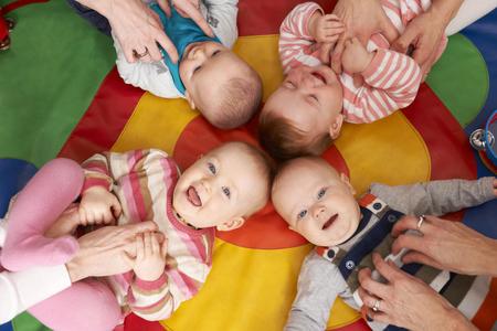 guardería: Opinión de arriba los niños que se divierten en la guardería Playgroup