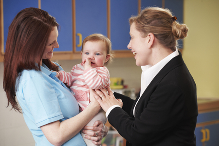 Working Mother Dropping Child At Nursery Stockfoto
