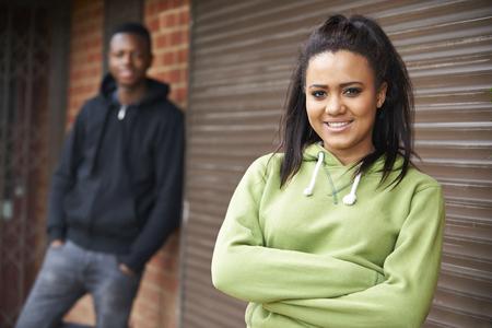 pareja adolescente: Retrato de pareja de adolescentes en el ambiente urbano