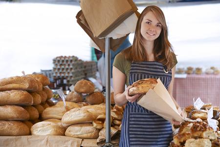 bolsa de pan: Propietario De Pan Puesto En El Mercado al aire libre