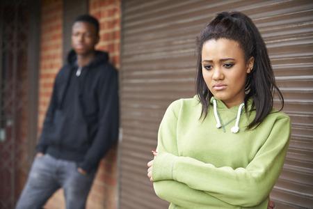 pareja de adolescentes: Retrato de pareja adolescente infeliz en el ambiente urbano