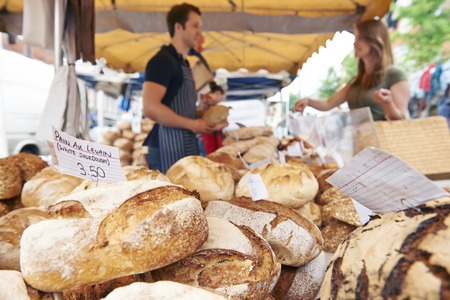 Fresh Bread For Sale On Market Stall Banque d'images